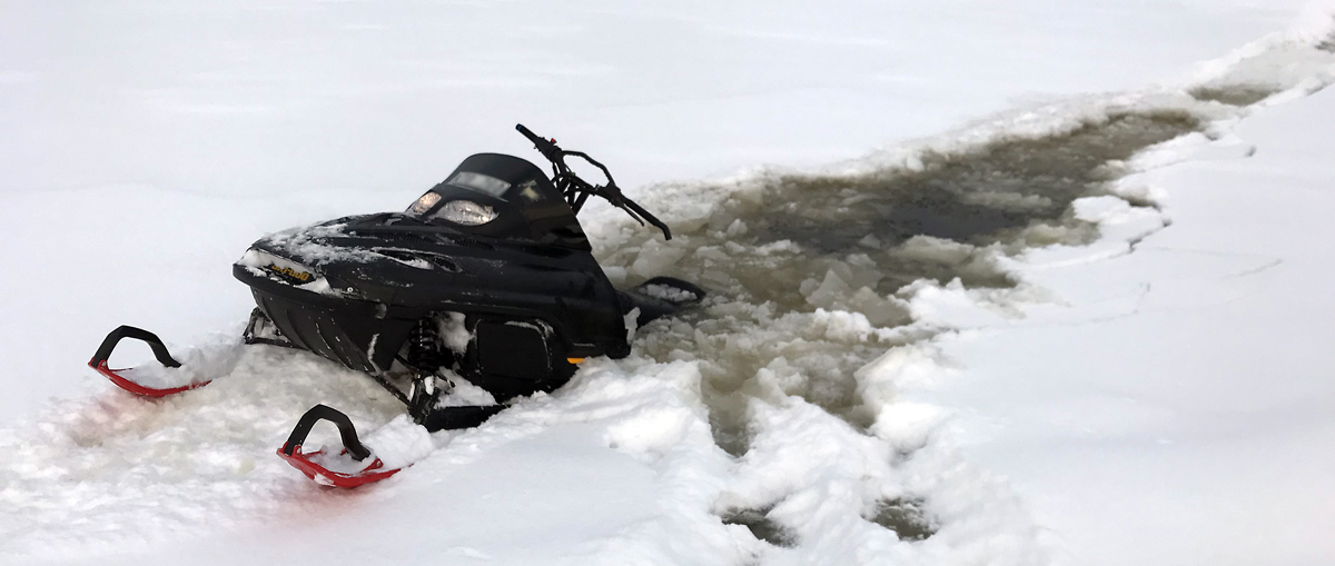 Skoter gick igenom isen